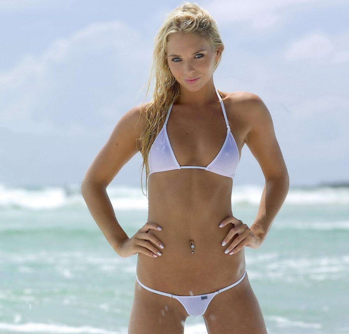 прозрачный экстремальный бикини на пляже фото - 3