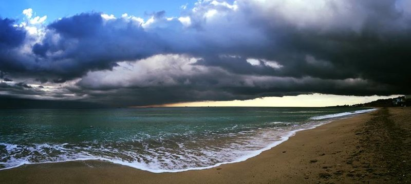 сюрреалистичный рассвет на море