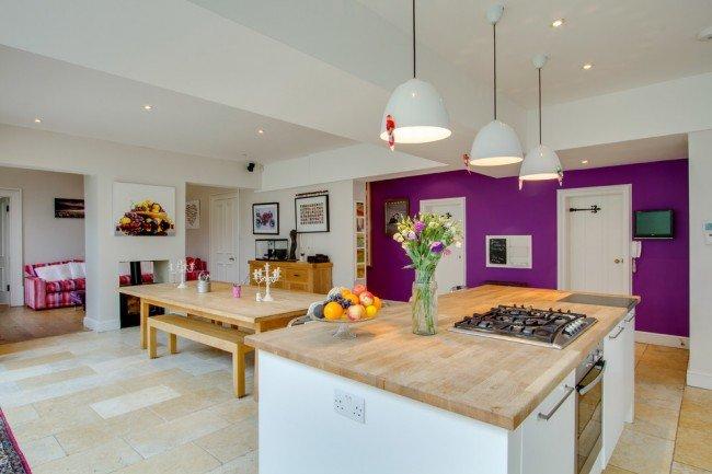 В просторном помещении можно оборудовать кухню, столовую.