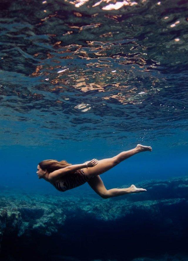 Рыжая голые девки плавают в воде