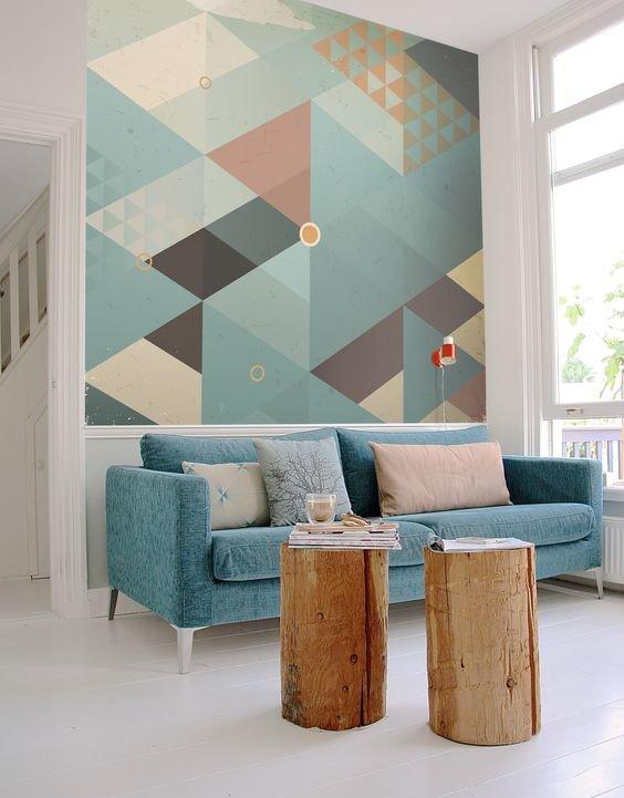 Геометрический принт на стене гостиной