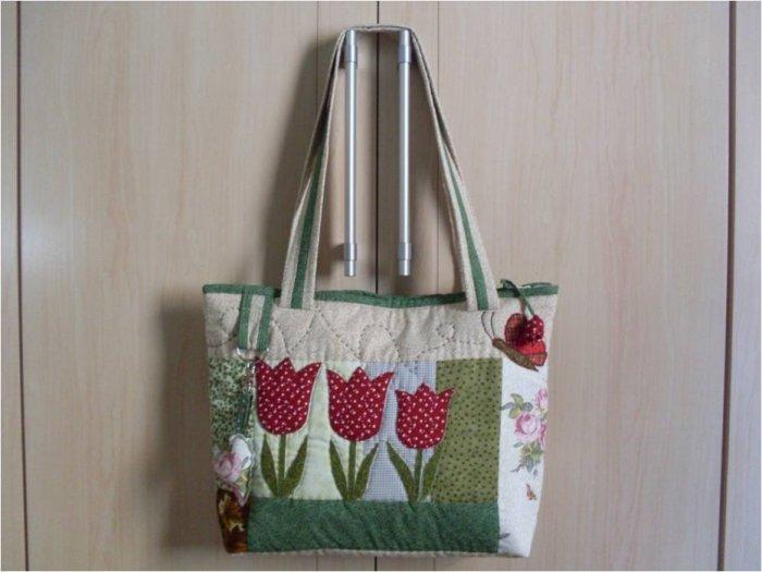 Летняя сумка в стиле пэчворк с тюльпанами.