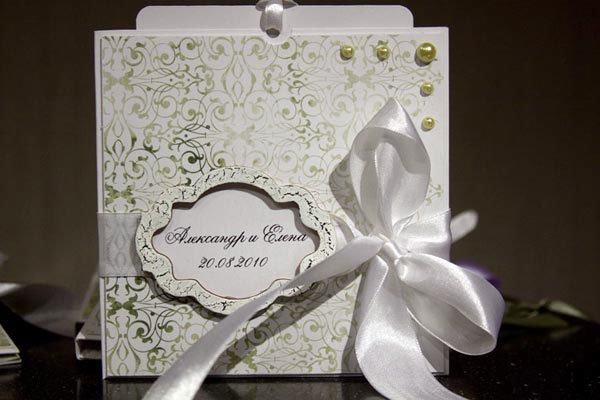 Резные открытки и конверты. Резные конверты и открытки смотрятся удивительно красиво и нежно, причем их можно как приобрести в типографии, так и сделать самостоятельно. В резной конверт вкладывается листок с приглашением, можно на контрастной бумаге – это смотрится очень красиво.