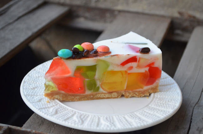 Рецепт желейного торта со сметаной и печеньем