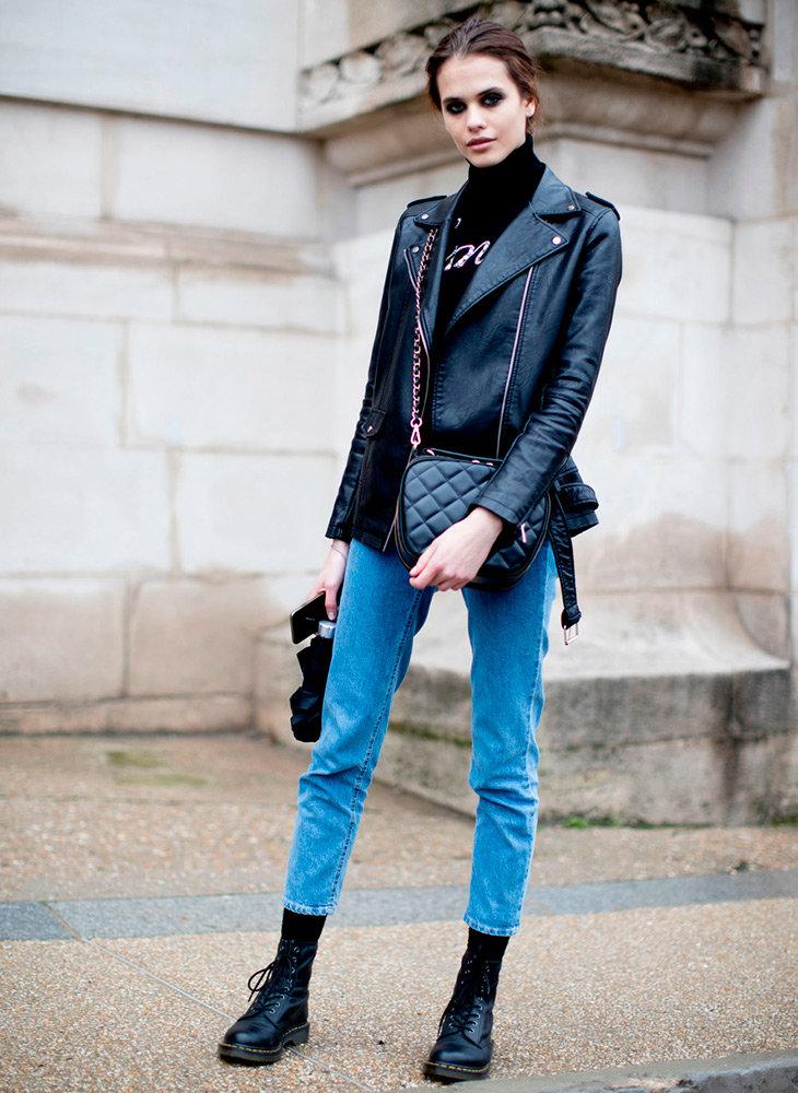 Кожанная косуха черного цвета и джинсы плотный фактурный коттон.