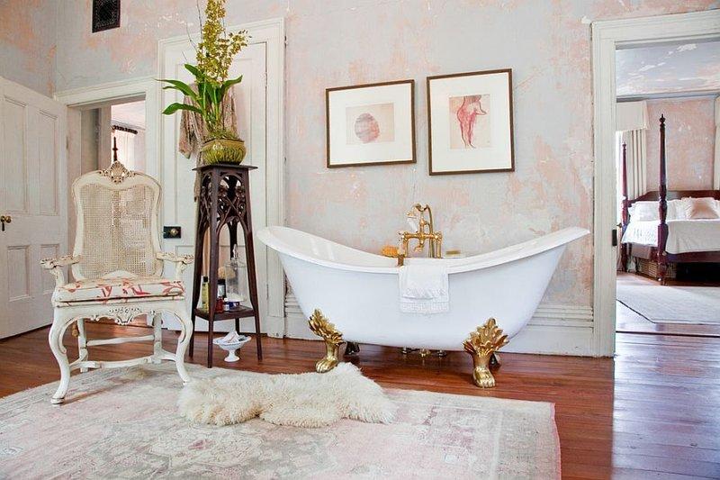 Вариант оформления ванной комнаты в стиле «шебби-шик» в розовых оттенках