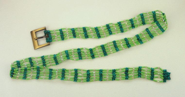 Зеленый ажурный пояс. Плетение из бисера и бусин.