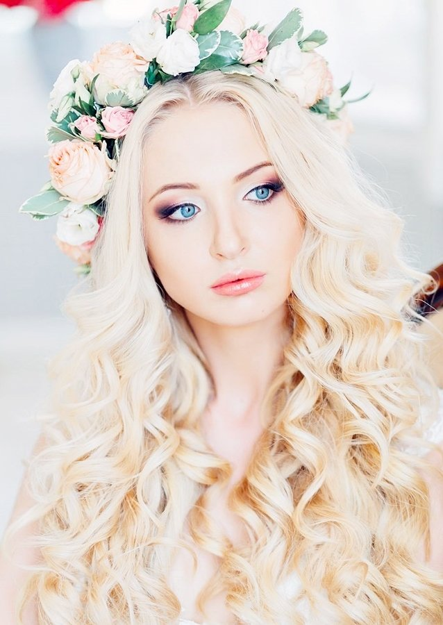 Sarışın kadınlar saç ve ten rengi nedeniyle istedikleri zaman çok gösterişli , istedikleri zamanda çok saf bir güzelliğe bürünebilirler. Uzun sapsarı saçları, renkli gözleri ve beyaz teniyle sarışın kadınlar gerçekten güzeldir. Hele birde usta bir kuaförün yaptığı saç ve makyajla bakılmaya doyulmaz hale gelirler.Özellikle usta bir kuaför dedik çünkü işini bilmeyen karşısındaki kadının saç ve …