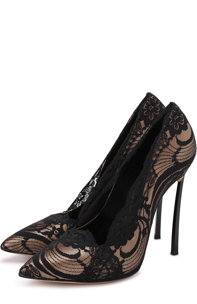 Женские бежевые атласные туфли с кружевной отделкой на шпильке CASADEI, к таким туфлям подойдет короткое кремовой платье по фигуре с черной кружевной отделкой и небольшой букетик кремового цвета