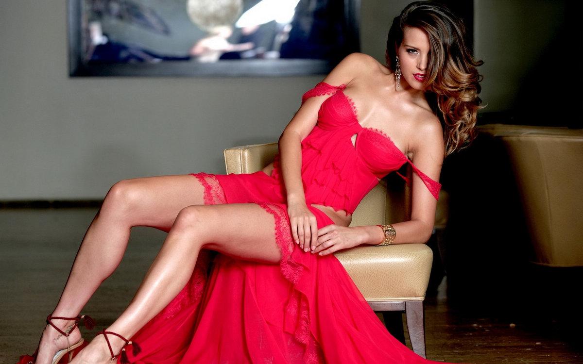 шикарная красотка в красном платье эротика