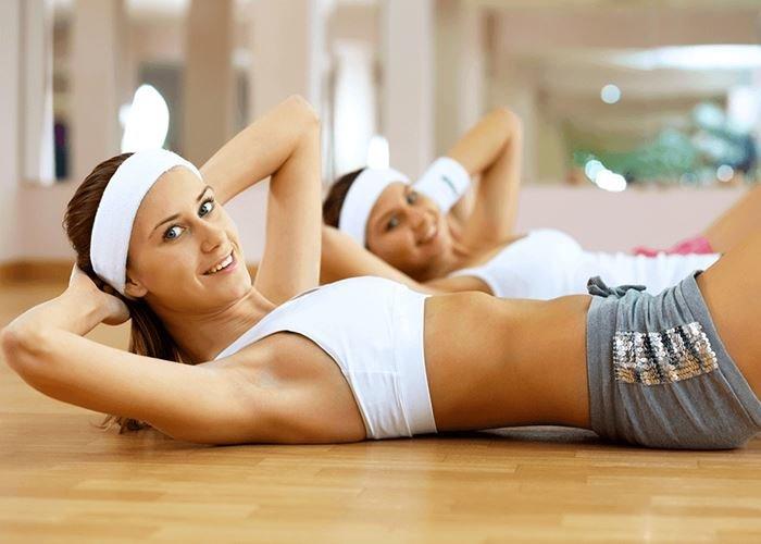 """Физиологически передняя брюшная стенка прикрывает и защищает органы брюшной полости и таза. Мышцы брюшного пресса противостоят давлению в брюшной полости, которое может меняться от степени наполнения желудка и кишечника, характера пищи и т.д. Вместе с позвоночником мышцы живота образуют как бы """"корсет"""", удерживающий тело в правильном положении. Мышцы брюшного пресса предохраняют позвоночник от искривления."""