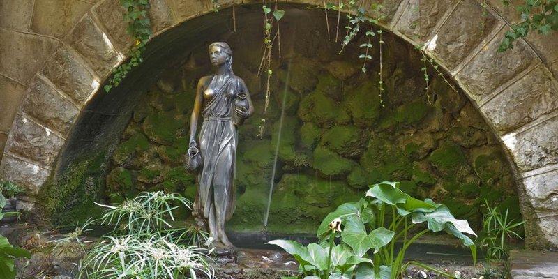 Дворец княгини Гагариной. Статуя с фонтаном.