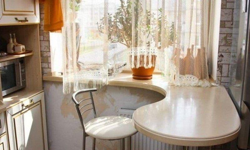 Столешница - диванчик. за счет увеличения ширины у окна впол.