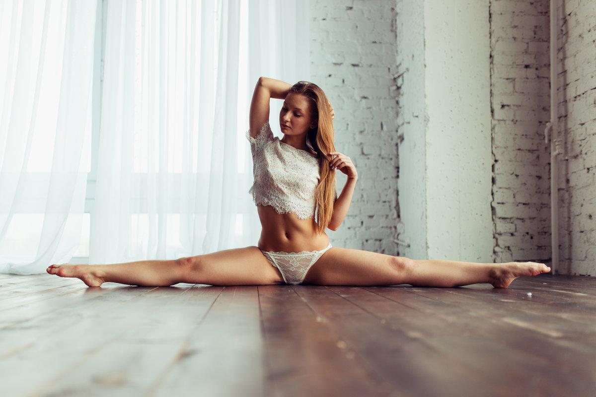 fotosessiya-goloy-gimnastki-na-krovati-foto-foto-pizdi-pyanoy-aleni-na-ves-ekran