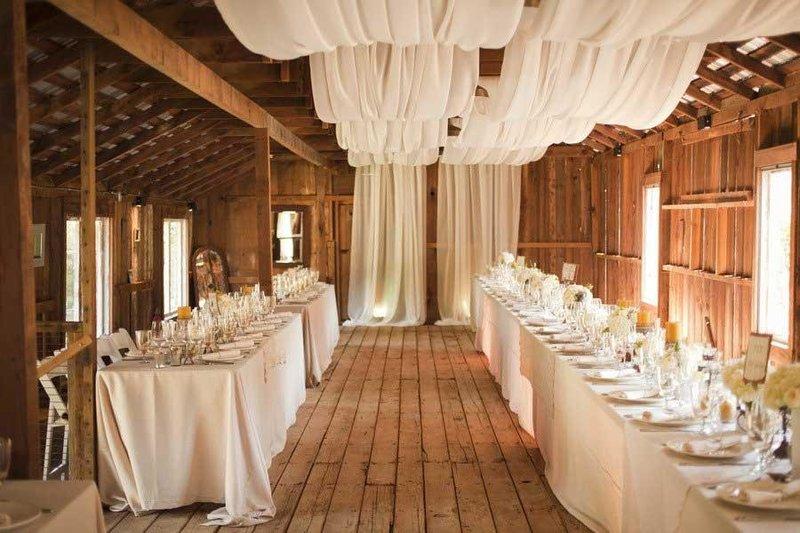 На свадьбу тканью можно задекорировать потолок, что придаст легкости помещению