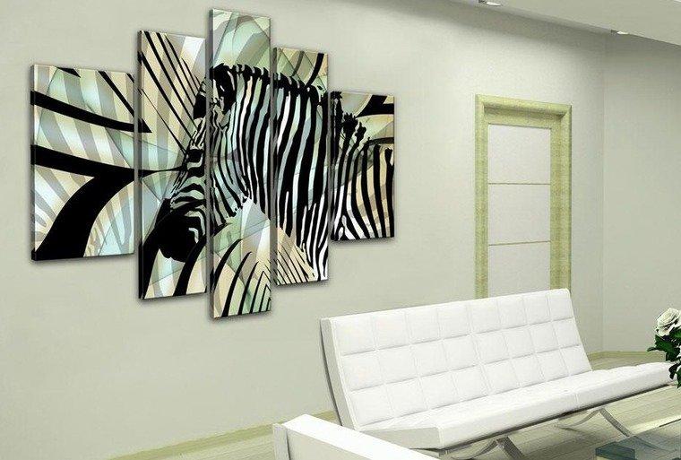 Хорошая альтернатива обоям — крупное панно с изображение зебры или просто полос, ведь зебра всегда смотрится очень декоративно и стильно. Такие панно разбавят и оживят серую стену.