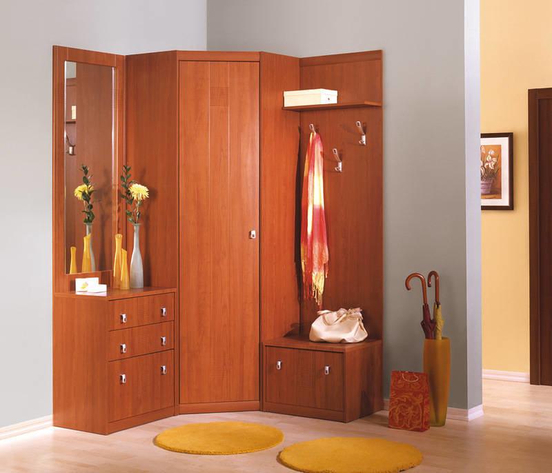 Лакированный коричневый шкаф с зеркалом и тумбой с выдвижным.