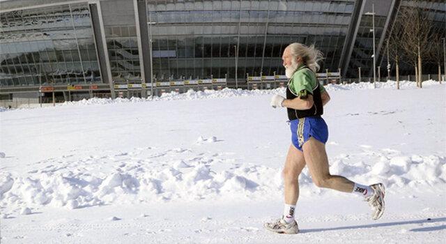 Закал-бег — это серьёзный стресс для неподготовленного организма. Апологеты закаливающего бега рекомендуют начинать… летом. По мере понижения температуры вы просто не одеваетесь теплее, а продолжаете бегать в шортах и майке.