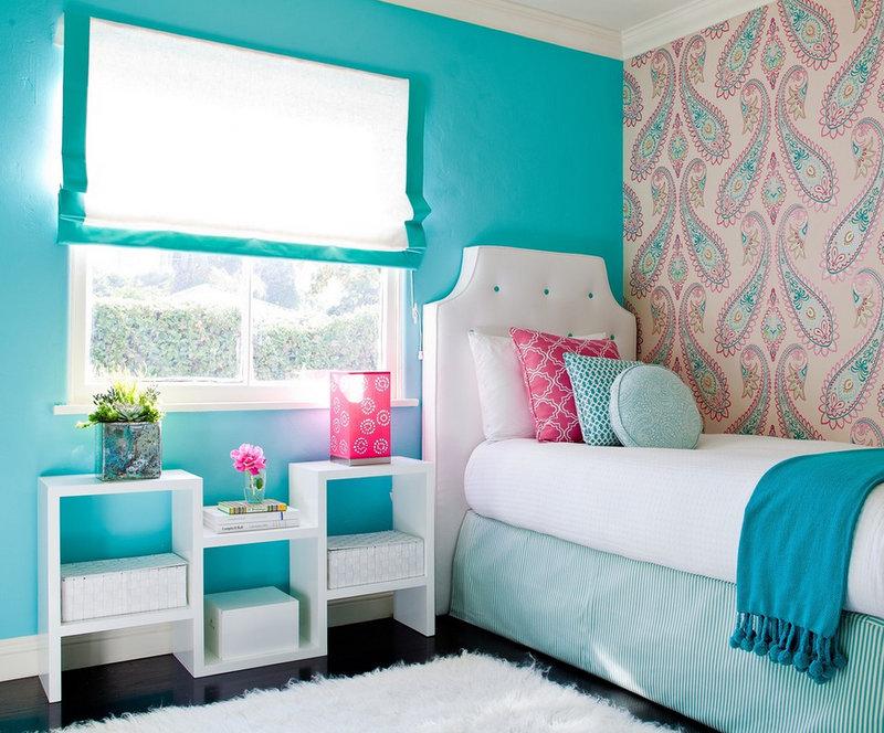 Сочетайте два цвета обоев в спальне, и тогда интерьер не будет чрезмерно  ярким или давящим.