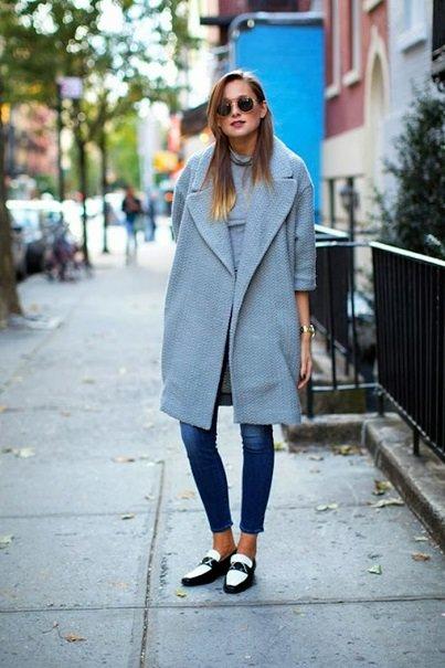 Пальто оверсайз,  модные оксфорди и синего цвета джинсы скинни.