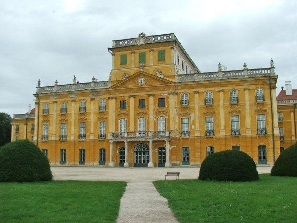 Барочный дворец, обошедшийся князю Миклошу в умопомрачительную для того времени сумму в 13 миллионов австрийских гульденов, считался одним из самых красивых дворцов не только Венгрии, но и всей Европы.