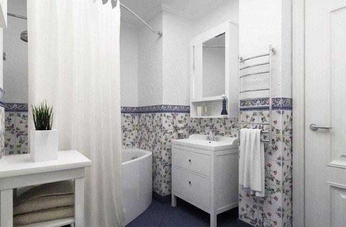 Светлая ванная в стиле прованс отделана  кафелем с цветами.