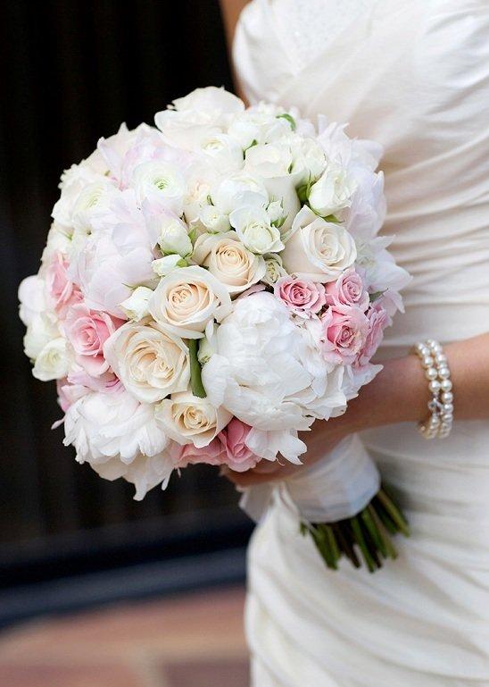 Свадебный букет из пионов и белых роз, букет роза