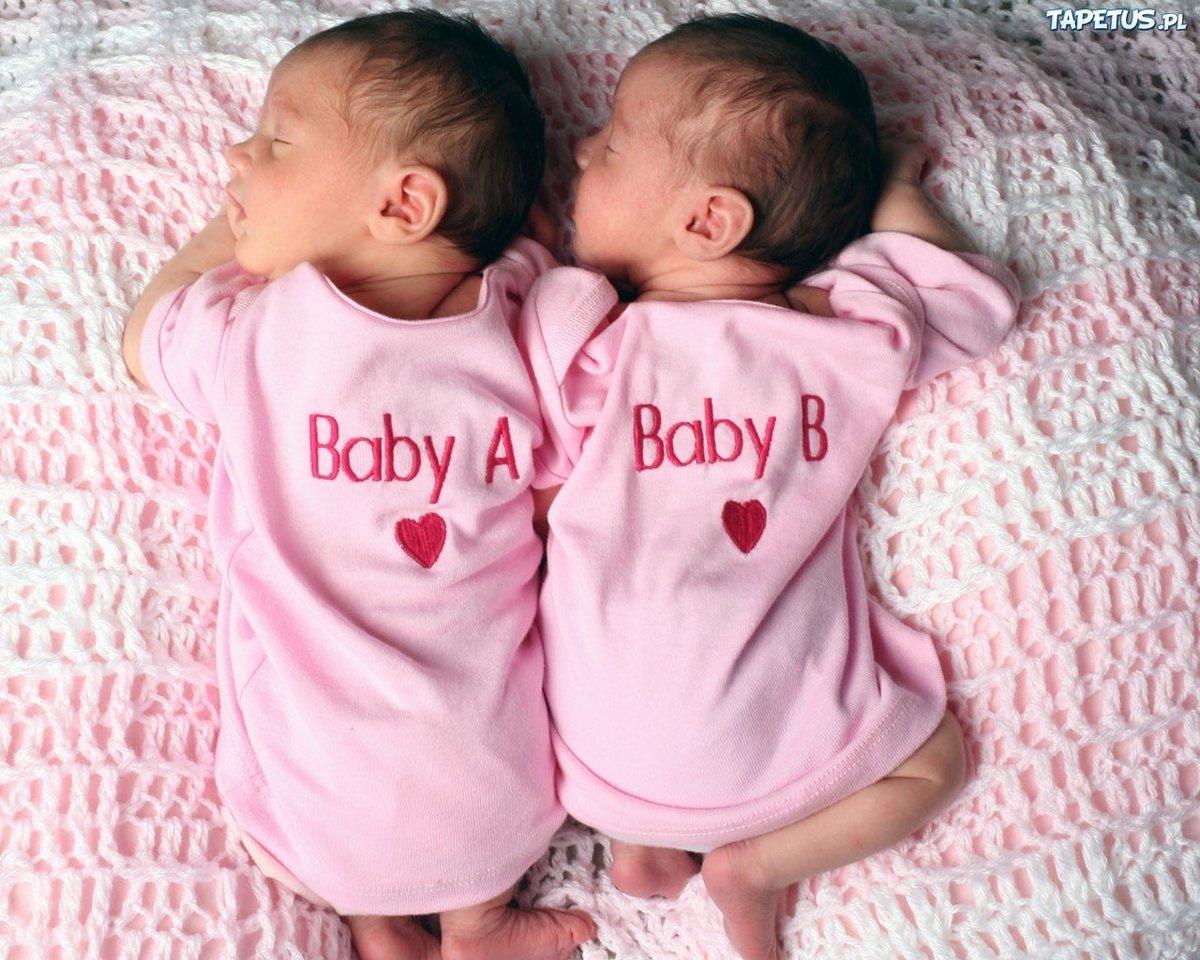Открытка с новорожденными близнецами девочкой и мальчиком