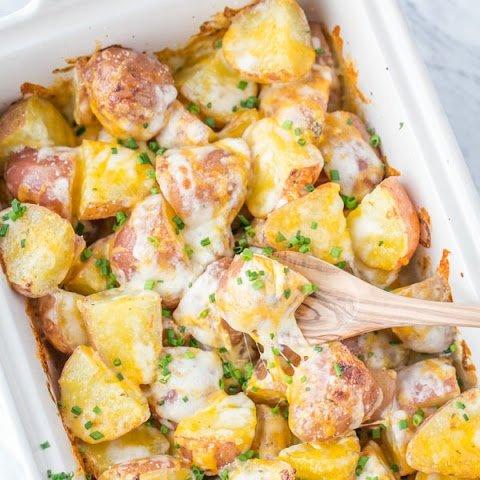 Картошка, она вкусна в любом виде, жареная, печеная или вареная. Но можно ли придумать с ней что-то оригинальное, что не только понравится всей семье, но и приятно удивит? Конечно, можно!Запеченный картофель с сыром- это ароматное и вкусное блюдо, которое готовится из молодых овощей. Очень просто и вкусно.