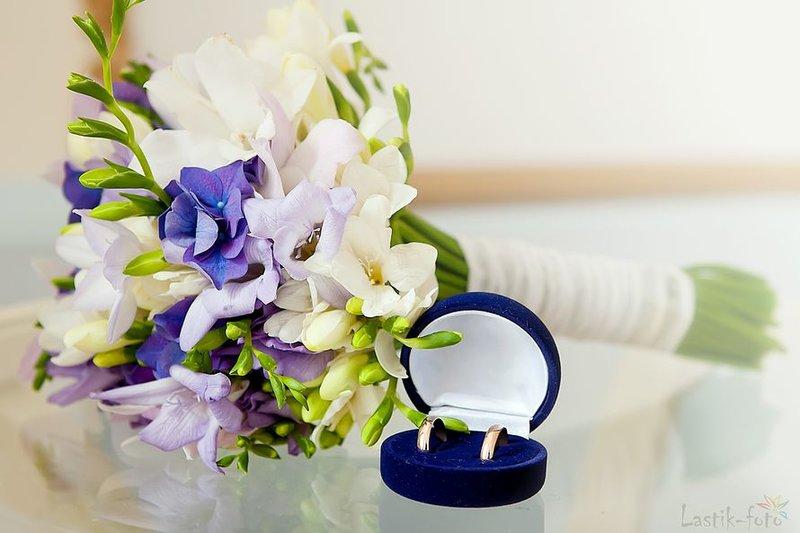 Букет невесты из фиолетовых гортензий, сиреневых и белых фрезий