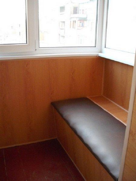 """Самодельная скамейка на балконе с мягким сидением"""" - карточк."""