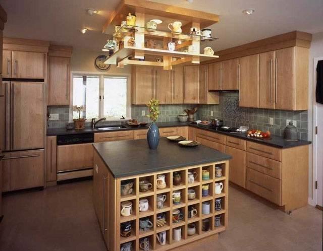 Кухня с островом, выполненная из дерева