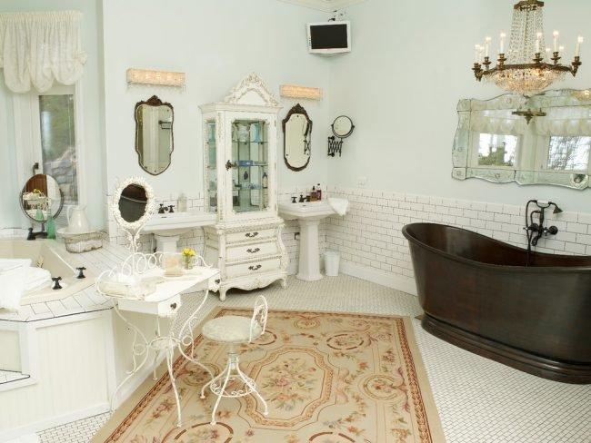 Изящная кованная мебель в дизайне ванной стиля прованс.