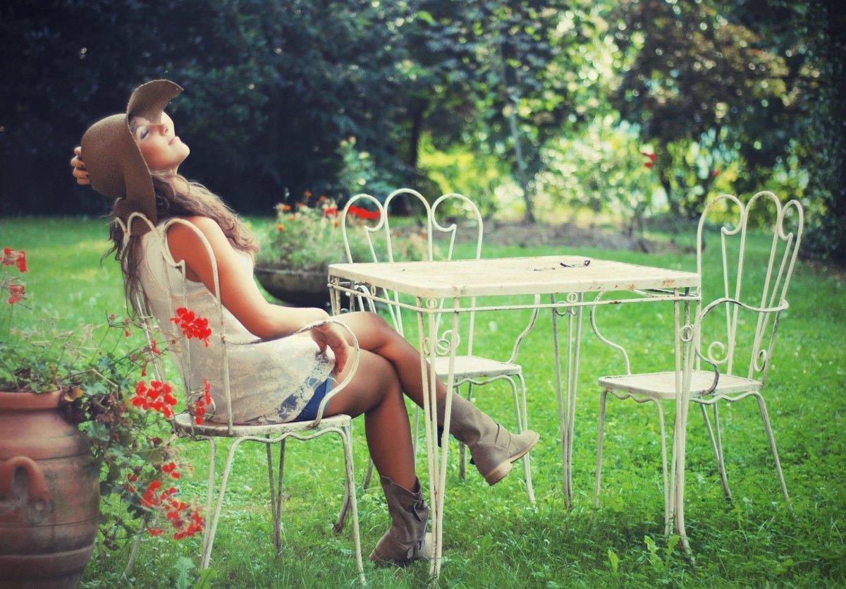 девушки в саду развлекаются