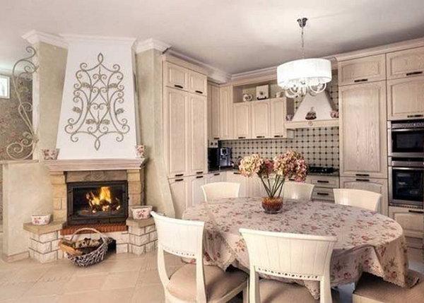 Камин в кухне-столовой.