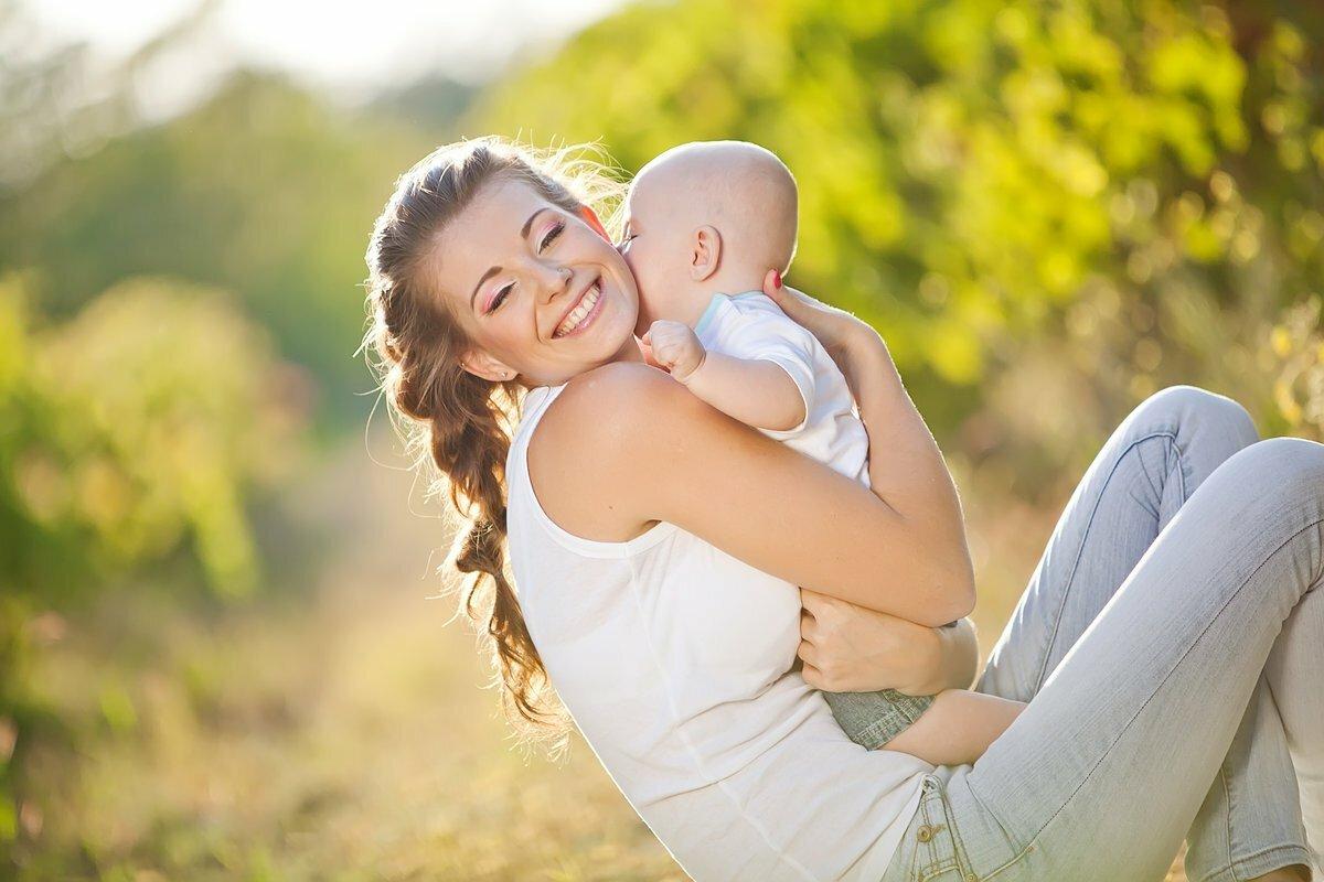 Девушки с маленьким ребенком