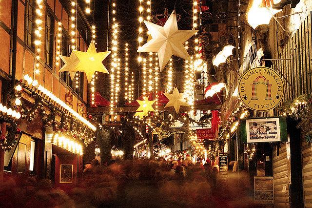 Главная рождественская ярмарка Дании проводится традиционно не на центральной площади города, а в довольно необычном месте — старинном парке развлечений Tivoli Gardens.