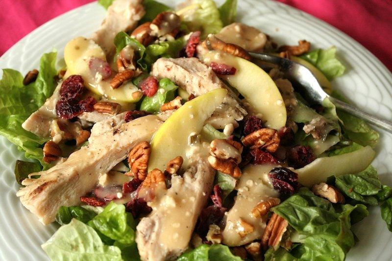 Салат из курицы – популярное блюдо, в котором куриное филе смешивается с другими ингредиентами.