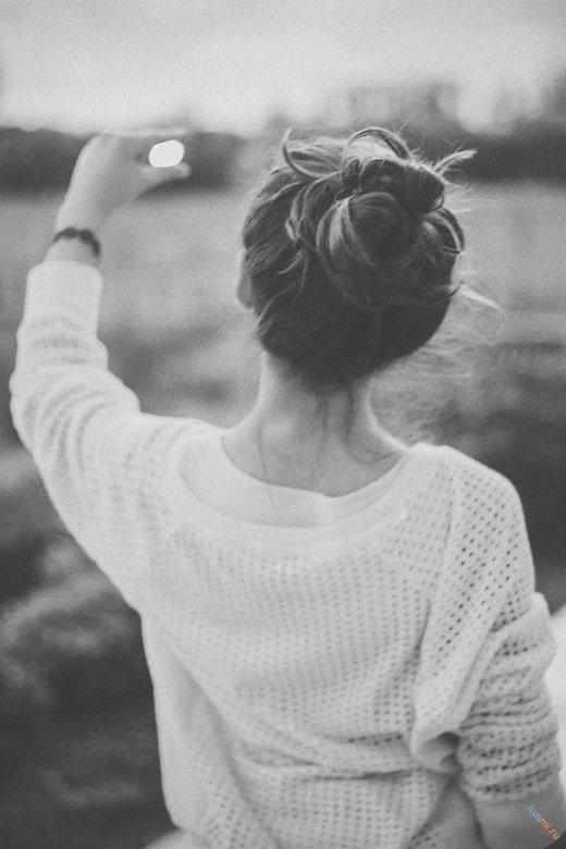 девушка со спины черно белое фото