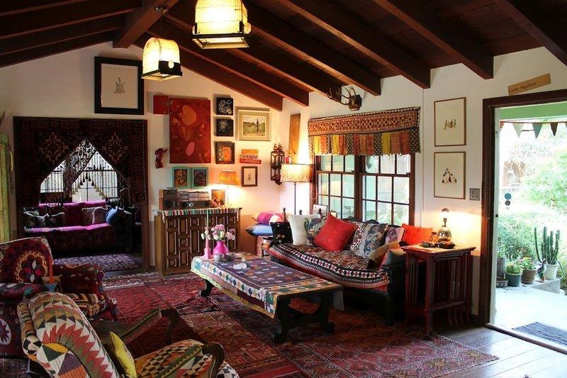 Комната в данном стиле должна быть декорирована только натуральным текстилем либо пастельных тонов, либо с цветочным рисунком.