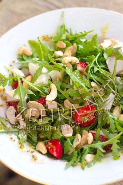 Праздничный салат на скорую руку - салат с клубникой, рукколой и моцареллой