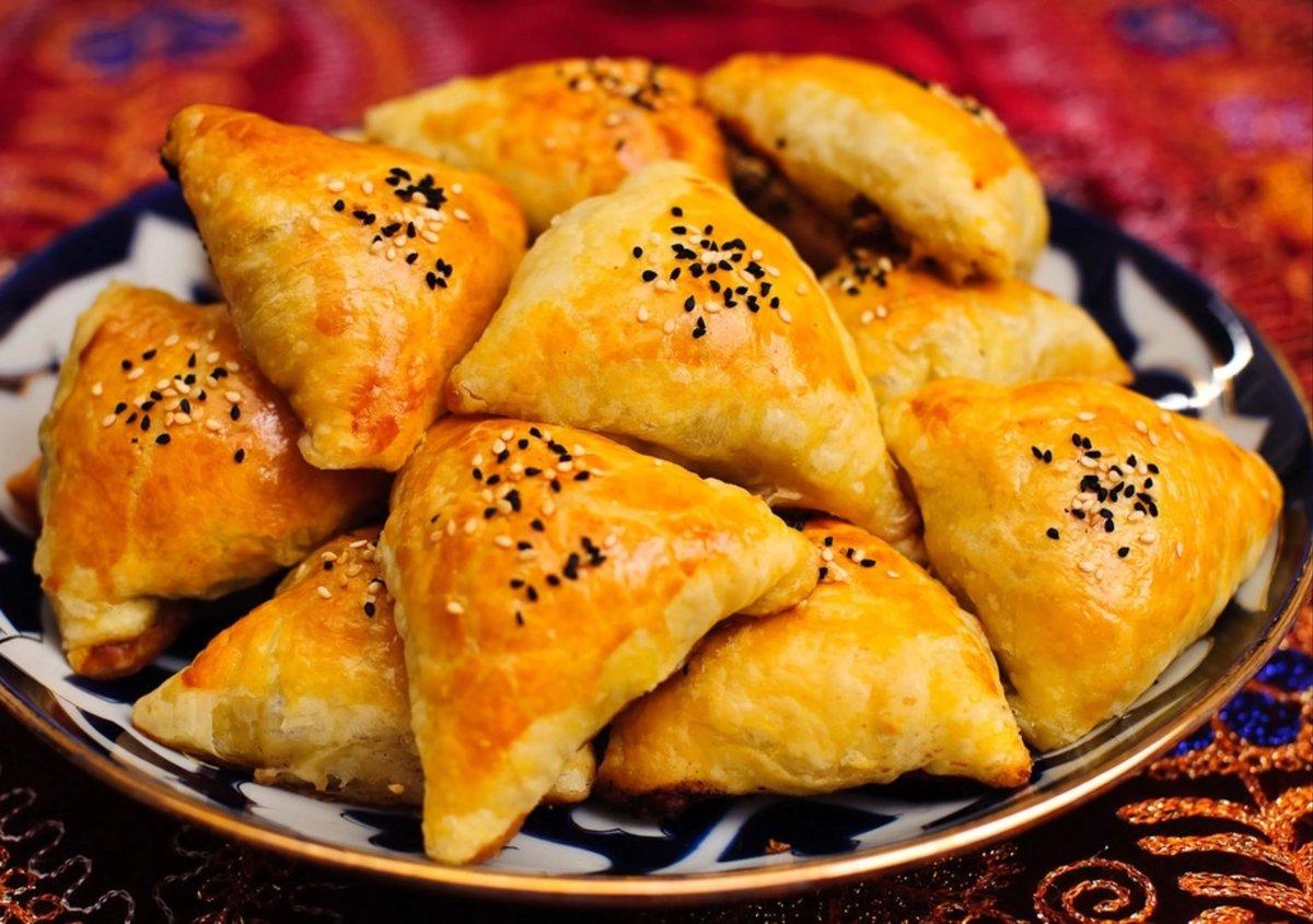 В идеале готовится он в тандыре (дровяной печи из глины), но и в условиях городской квартиры можно получить превосходную по вкусу самсу.