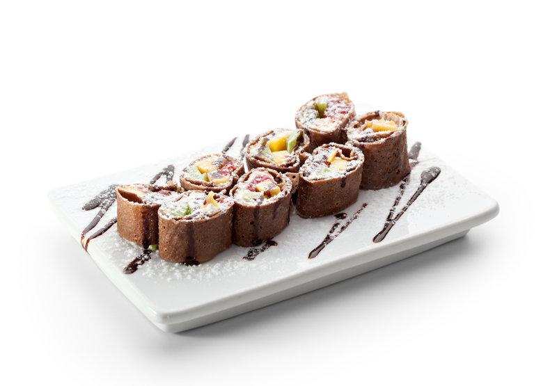Сладкие шоколадные блинчики с фруктовой начинкой можно подавать на завтрак или в качестве легкого десерта