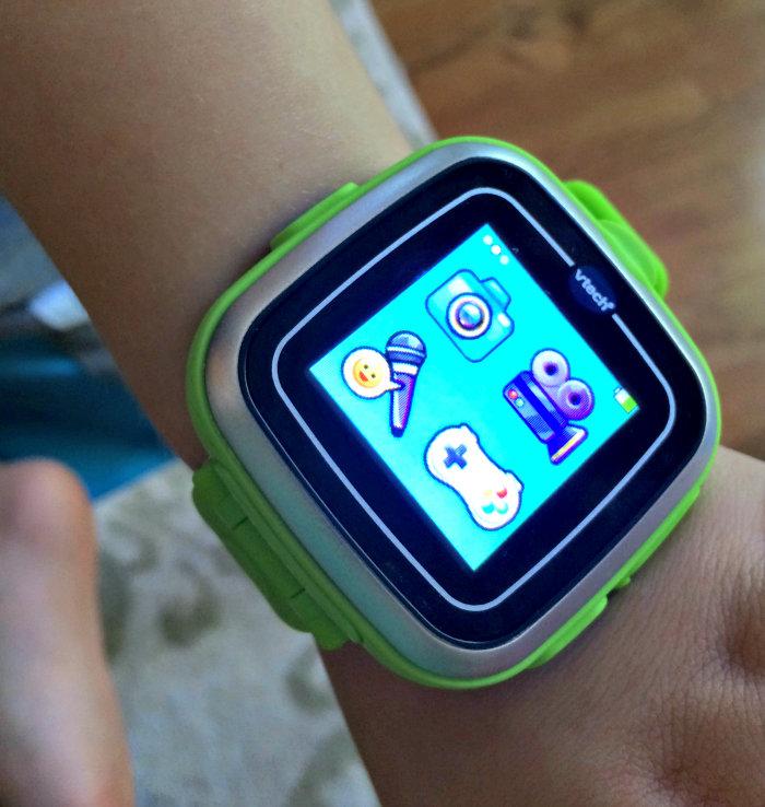 Сейчас некоторые производители мобильных устройств выпускают специальные версии планшетов или смартфонов для детей. Это уже вошло в обычную практику, а дети научились использовать практически все современные мобильные устройства, но индустрия не стоит на месте, а выпускает на рынок новые виды электроники, например,— умные часы.