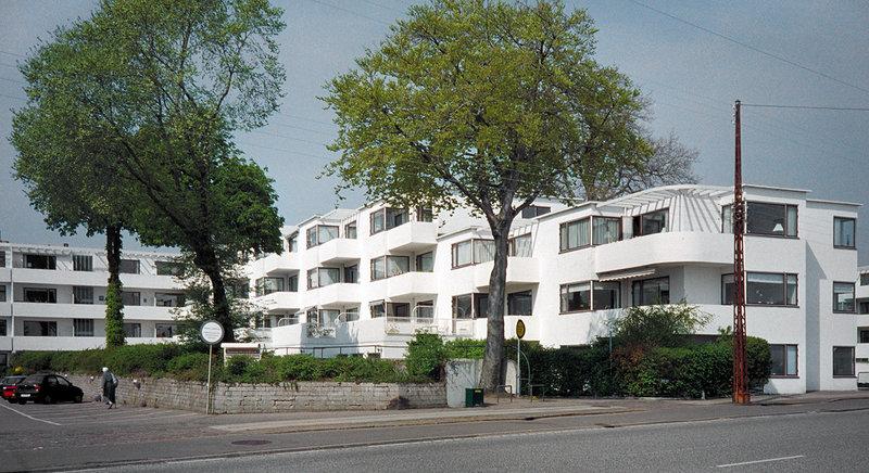 Сжатая философия стиля — «форма определяется функцией» (Луис Салливан). В области жилой архитектуры заключена в знаменитом постулате Ле Корбюзье: «Дом — машина для жилья».