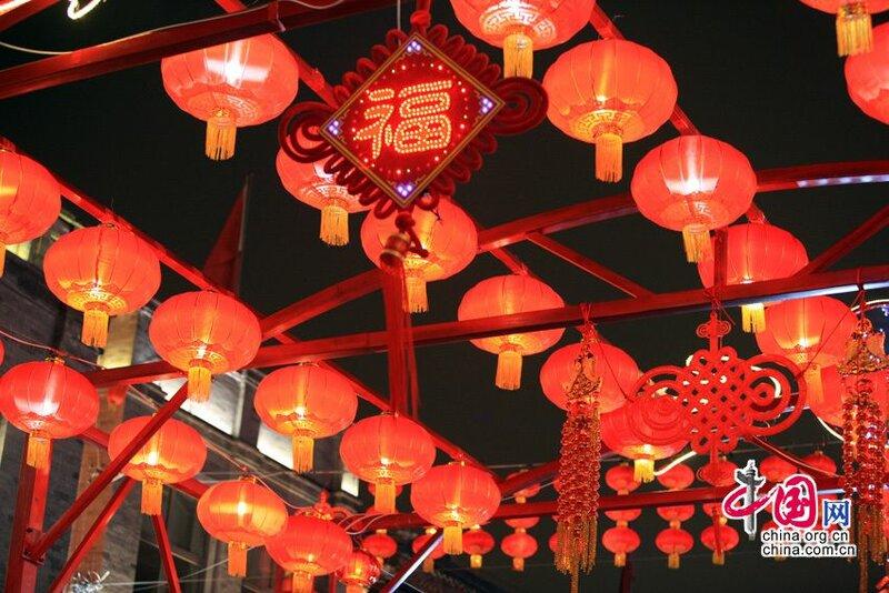 Выставка фонарей на улице Цяньмэнь Пекина по случаю Праздника Фонарей