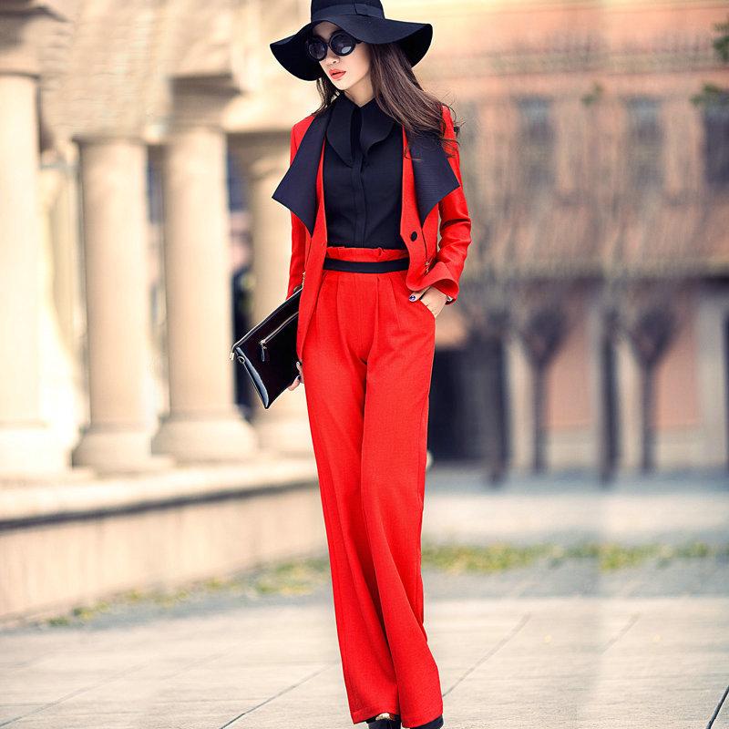 фото красный женский костюм