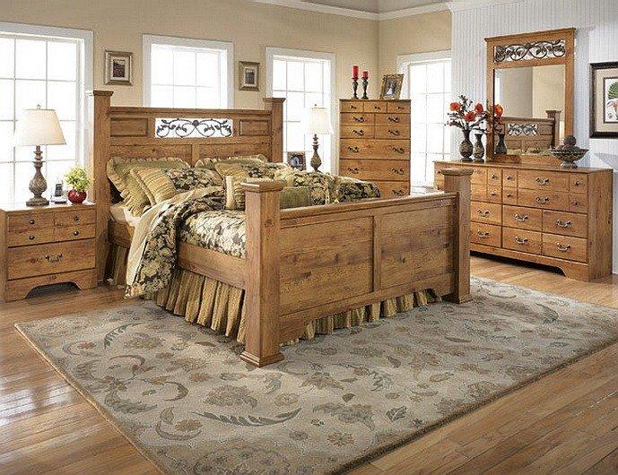 Спальня в стиле кантри с массивной мебелью
