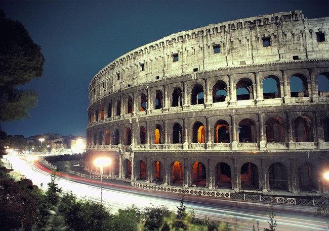Колизей, Италия, Рим. Это самый крупный из древнеримских амфитеатров, полноправный символ Вечного города, едва ли не самый узнаваемый памятник архитектуры в мире