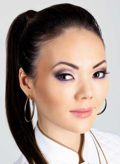 Макияж для азиатских глаз выполняется двумя способами: создается круглая или сохраняется раскосая форма глаз. Подводка и тушь используются практически всегда.